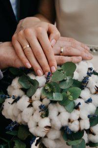 Alianças dos noivos item de necessidade presente no casamento