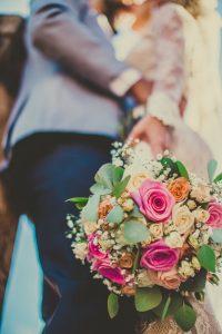 Noiva segurando seu buquê de flores coloridas