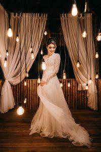 Noiva mexendo no vestido na sessão de fotos