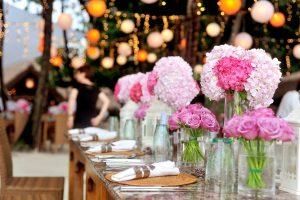 organizar decoração com flores coloridas nas mesas para casamento