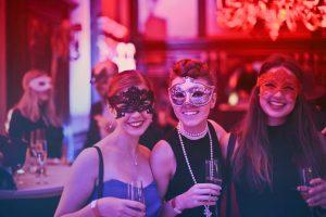 organizar evento com tema de baile de máscaras
