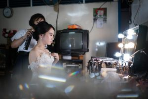 Noiva sendo arrumada para festa