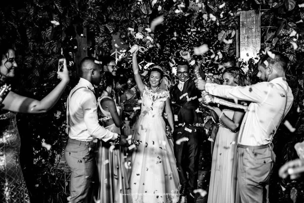 As tradições da festa de casamento com noivos e confetes