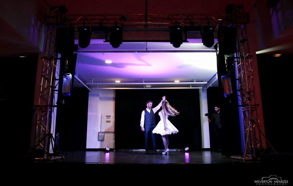 Noivos dançado valsa